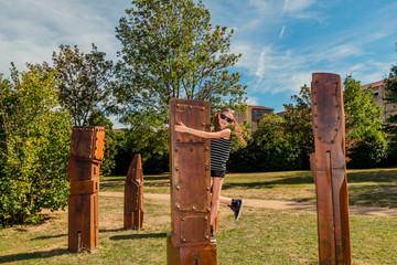 Fillette sur les bois habités du jardin des sons à Pélussin