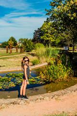 Fillette devant le bassin du jardin des sons de Pélussin
