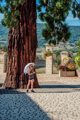 Fillette au pied du Séquoia géant à Pélussin