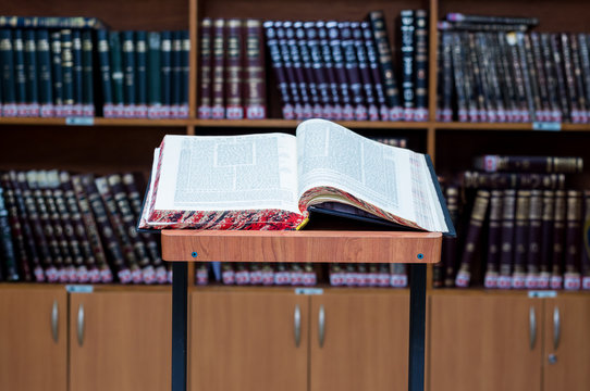 Stand for Talmud study (stender for gemara in Hebrew)