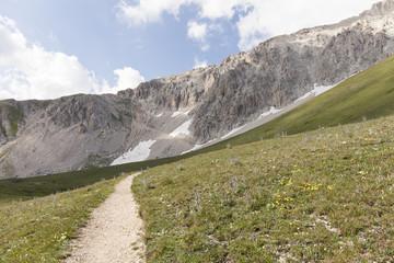 Sentiero di montagna. Trekking escursionismo sugli Appennini