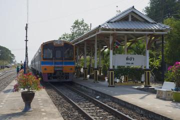 Пассажирский поезд у перрона станции Чаам. Таиланд