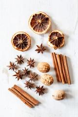 Stillleben mit Zimtstangen, getrockneten Orangen, Sternanis und