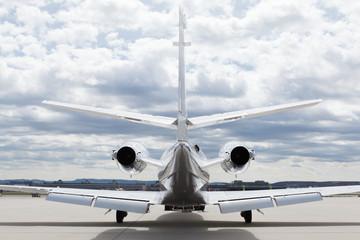 Flugzeug Privatjet auf dem Rollfeld vor dem Hangar
