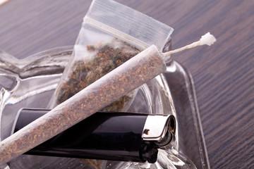 Cannabis Marihuana mit Wasserpfeifer und Joint mit Graß und Asc