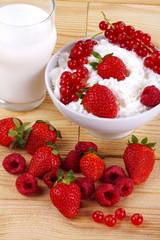 Panna , latte e frutti rossi