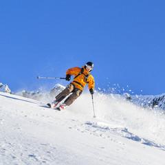 sportlich Skifahren im Pulverschnee