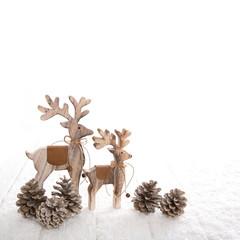 Elch, Rentier oder Hirsch aus Holz isoliert als Dekoration zu Weihnachten.