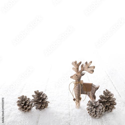 Natürliche Weihnachtsdekoration in weiß und braun mit freigestelltem ...