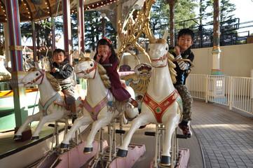 木馬に乗る子ども達