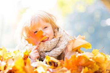 Spaß Mädchen im Herbst