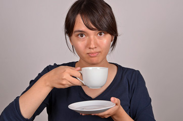 junge frau bei der kaffeepause