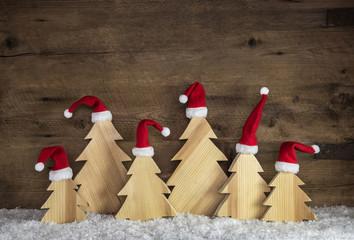 Dekorieren an Weihnachten mit Naturmaterialien, Holz Hintergrund mit handgeschnitzten Bäumen.
