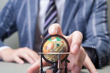 ビジネスマンと地球儀