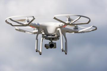 ferngesteuerte Quadrokopter Kamera Drohne im Flug grauer Himmel
