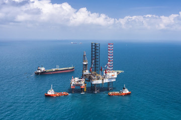 Offshore oil rig drilling platform/Offshore oil rig drilling platform in the gulf of Thailand 2015.