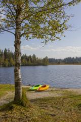 Zwei Kajaks am Badestrand Kirchsee - Idyllisches Seeufer im Herb