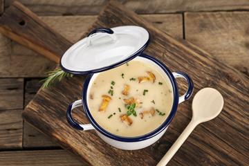 Hausgemachte Pilzsuppe im Suppentopf mit frischen Pfifferlingen