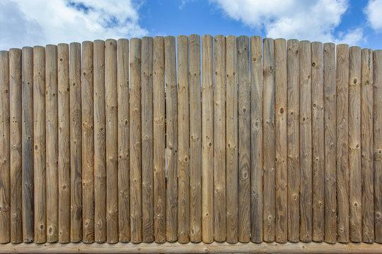 clôture en demi-rondins de bois naturel