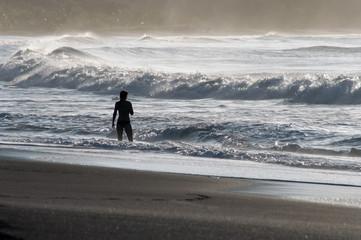Ragazza in riva al mare al tramonto