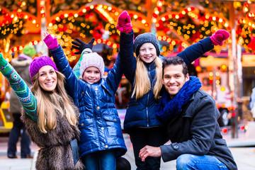 Familie hat Spaß auf dem Weihnachtsmarkt