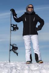 Frau mit Snowboard im Winter Schnee