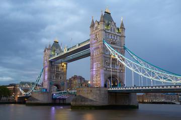 Photo sur Plexiglas Londres Tower bridge in London illuminated in the evening