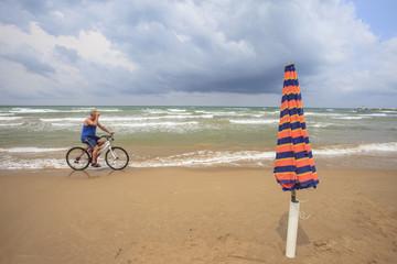 in bici sulla spiaggia