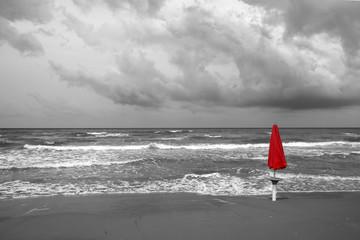 il mare in Puglia, ombrellone rosso