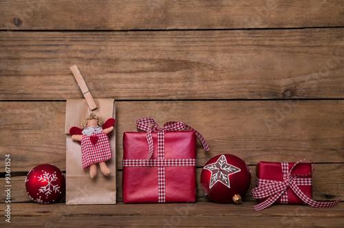 Selbstgemachte geschenke liebevoll zu weihnachten verpackt in rot wei kariert auf holz - Selbstgemachte deko ...