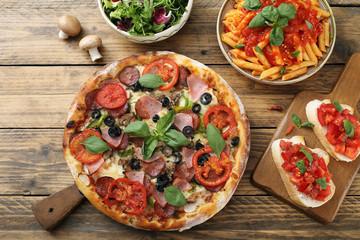 cibo mediterraneo pizza pasta con pomodoro e insalata sfondo rustico