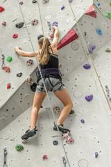 Eine Route in der Kletterhalle klettern