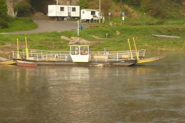 Alte Gierfähre auf der Elbe