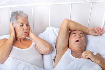 Frau verzweifelt mit schnarchenden Mann