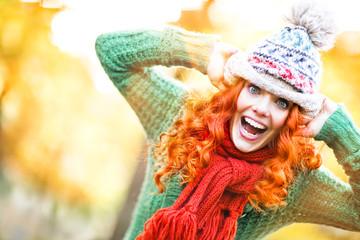 Frau mit Mütze beim rumalbern