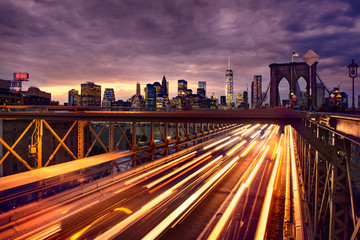 Fototapeta premium Nocny ruch samochodowy na Brooklyn Bridge w Nowym Jorku