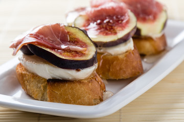 figs with cheese, prosciutto and honey