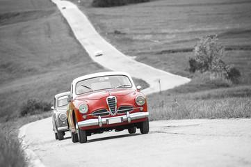 Auto d'epoca rossa su sfondo in bianconero