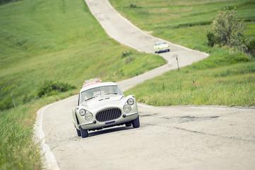 Auto classica su strada a zig-zag