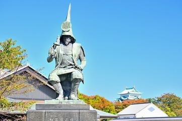 秋空の加藤清正像 名古屋城を背景