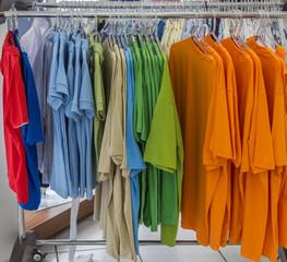 Camisas no cabide