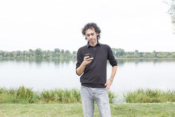 ragazzo al telefono in un parco
