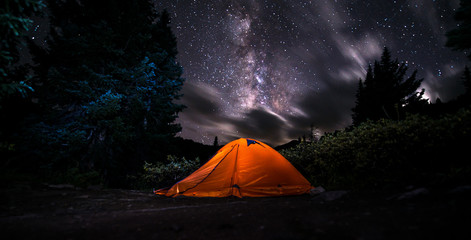 Fotorolgordijn Kamperen Tent under The Milky Way