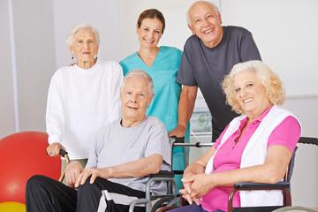 Gruppe Senioren mit Physiotherapeut