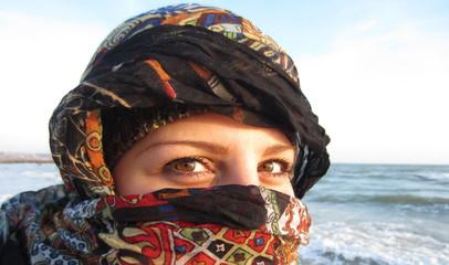 Девушка в восточном платке