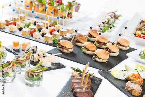 fingerfood buffet in der gastronomie stockfotos und lizenzfreie bilder auf bild. Black Bedroom Furniture Sets. Home Design Ideas