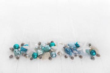 Weiß, türkis, blaue Dekoration zu Weihnachten mit Hintergrund.
