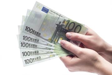 Kobiece dłonie trzymające plik banknotów na białym tle