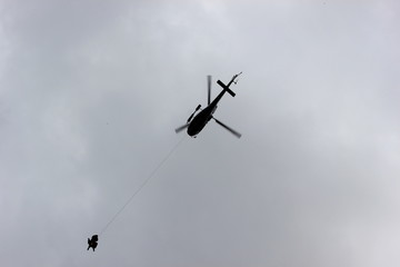 Hubschrauber rettet Personen mittels Seilbergung (Taubergung)