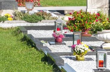 Gepflegte Gräber auf dem Friedhof